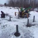 смонтированные зимой винтовые сваи Д114мм
